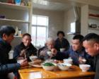 大爱无声!82岁老汉照顾3个聋哑弟弟60年