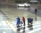 暖心!为了一个素不相识的婴儿外卖小哥脱下雨衣