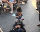 男子被撞倒在地 7岁小男孩用小小的身体为他遮挡阳光
