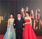 导演王晶现身红毯 坐拥两大美女红光满面