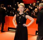 丹麦女星崔娜获柏林影后 主席斯特里普亲自颁奖