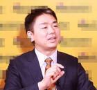刘强东左手无名指戴戒指 疑已与奶茶妹秘婚(图)