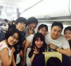 奶茶妹妹刘强东与大学生合影 靠肩秀亲密(图)