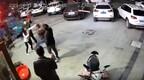 """男子当街""""调戏""""女子并殴打其丈夫?警方:嫌疑人被刑拘"""
