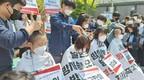 韩国学生在日本驻韩使馆门前削发,抗议日本核污染水入海决定