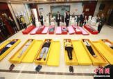 大学生躺进棺材体验死亡 当场痛哭