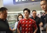 杨洋现身机场穿红衣超抢眼 遭狂热迷妹围堵