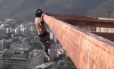 心惊!男子60层高楼做引体向上