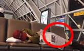 女星睡机场腿上盖着报纸看出素质