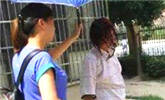 女子在小区裸身用污水洗头