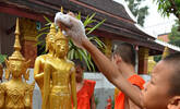 老挝僧人清洗佛像迎接泼水节