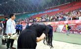 球队惨败 中国最美女老板鞠躬一幕
