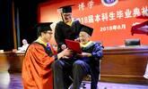 """儿子带瘫痪父亲上大学 如今一起毕业""""领证"""""""