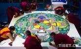 实拍:8位僧人现场绘制沙画坛城