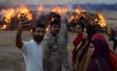 非法药物焚毁时 民众举手机自拍丨组图
