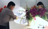 小男孩商场扫厕所 分担清洁工妈妈工作|组图