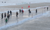 哈尔滨松花江全部结冰 路人冒险过江