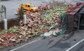 货车侧翻 32吨西瓜碎了一地