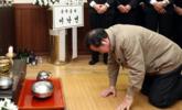总理下跪吊唁火灾遇难者