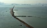 长江武汉段水位降低 现2公里江中道路
