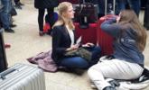 荷兰美女体验中国春运:累得坐地