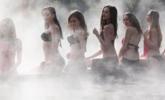 江苏:泳装美女温泉玩雪