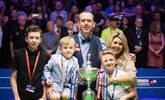 和家人庆祝!威廉姆斯世锦赛夺冠