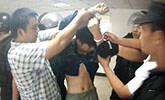 男子镇政府大楼内砍女官员 被制服