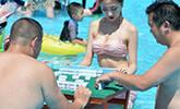 高温预警 比基尼美女水上打麻将