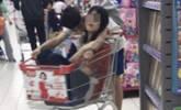 学生情侣超市举止亲密引不满