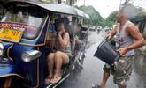实拍泼水节:女游客们集体湿身