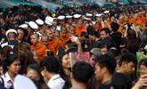 泰国199名僧侣一路接受布施