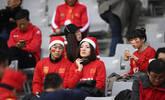 东亚杯国足赛前热身 球迷戴圣诞帽助威
