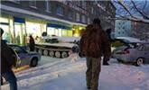 男子开装甲车闯进超市为抢一瓶酒