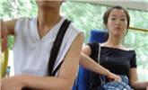 女子坐公交起身后屁股全湿原因意外