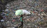 印度新德里垃圾堆积如山触目惊心