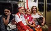 78岁老人参加11届世界杯看136场比赛,球迷排队跟他合影