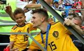 比利时球员带娃致谢欢庆