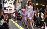 墨尔本时装周举行 模特商业街走秀