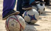 农村娃的足球梦:盐碱地穿布鞋踢球