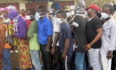 塞拉利昂泥石流致近400人死 民众排队认领遗体|组图