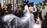 美墨边境大门打开 两地新人举行结婚