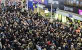伦敦大批乘客滞留站台