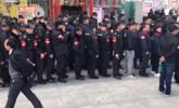 220名保安排队献血一幕