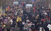 """正月初三杭州西湖游客爆满 断桥成""""人桥"""""""