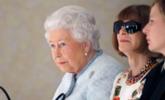 英国女王亮相时装周 时尚女王拒摘墨镜