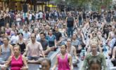 数百悉尼人市中心参加集体瑜伽课