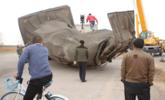 山东重六吨雕像被大风刮倒