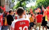 德国球迷齐聚柏林 声援厄齐尔