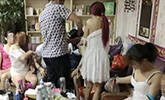 广东警方扫黄现场 女子衣衫不整